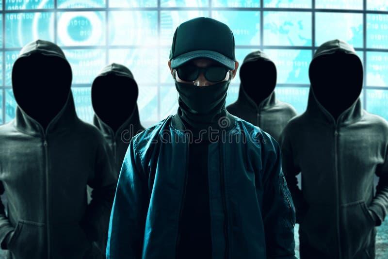 Grupp av en hacker i datasal fotografering för bildbyråer