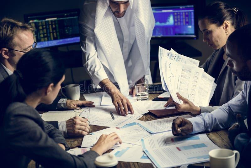 Grupp av entreprenören som analyserar för investering i mötesrum royaltyfria foton