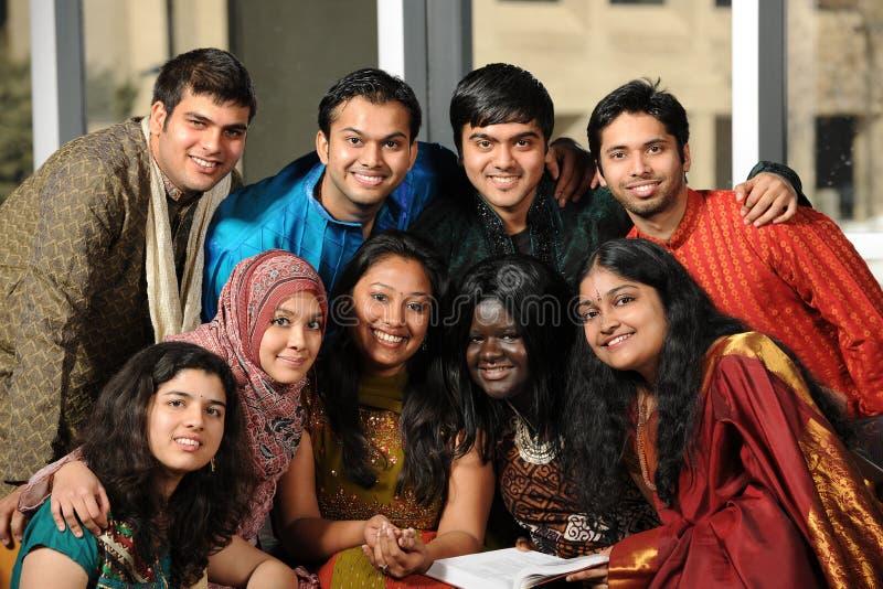 Grupp av etniska högskolestudenter arkivbilder