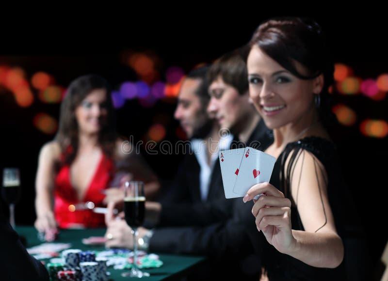 Grupp av ett elegant folk som spelar poker på dobblerihuset arkivfoto
