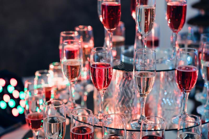 Grupp av exponeringsglas av rött och vitt vin i restaurangen för en lyxig ferie royaltyfri foto