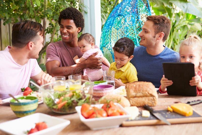 Grupp av fäder med barn som hemma tycker om utomhus- mål arkivfoton