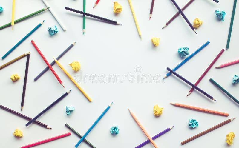 Grupp av färgrik blyertspenna och papper skrynkliga med kopieringsutrymme fotografering för bildbyråer