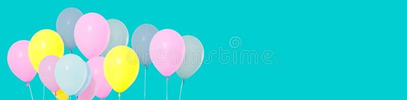 Grupp av färgrika ballonger på bakgrund - kopieringsutrymme arkivbild