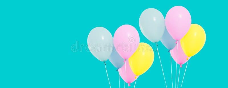Grupp av färgrika ballonger på bakgrund - kopieringsutrymme royaltyfri bild
