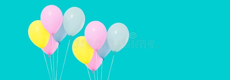 Grupp av färgrika ballonger på bakgrund - kopieringsutrymme royaltyfri fotografi