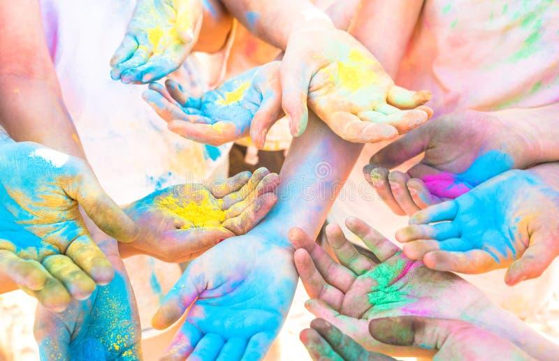 Grupp av färgrika händer av vängruppen som har gyckel på strandpartiet arkivfoto