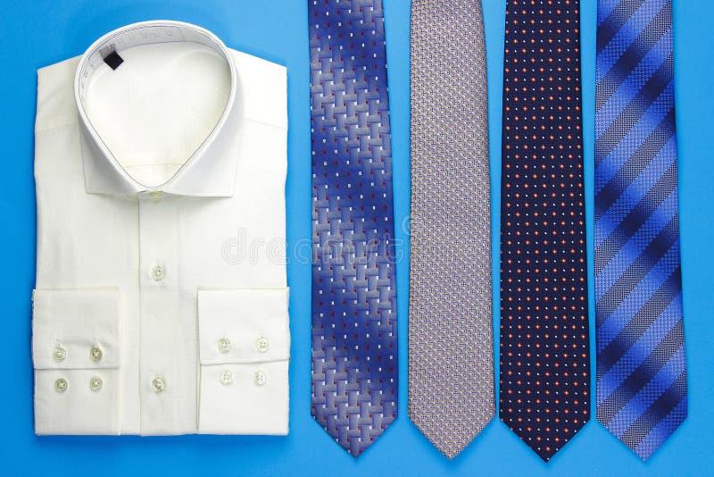 Grupp av färgrika slipsar och skjortan arkivbilder