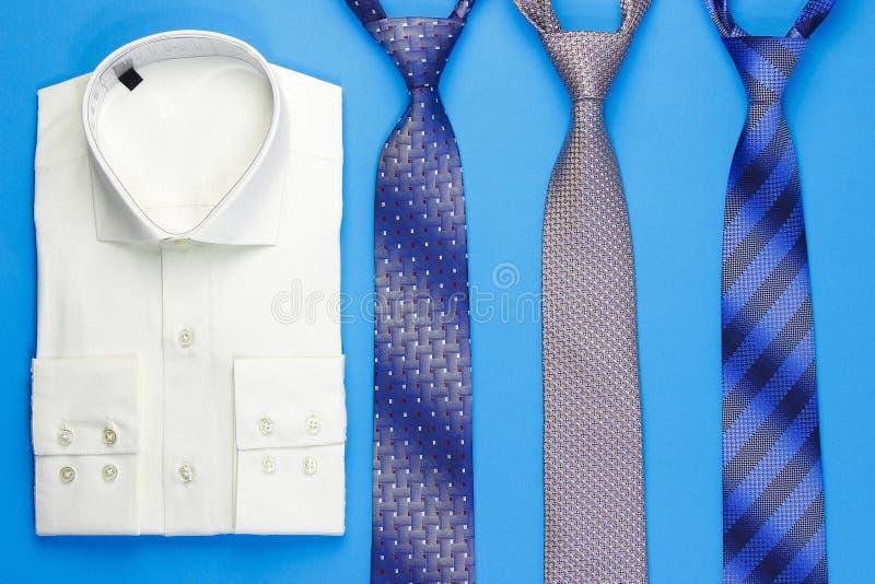 Grupp av färgrika slipsar och skjortan arkivfoto