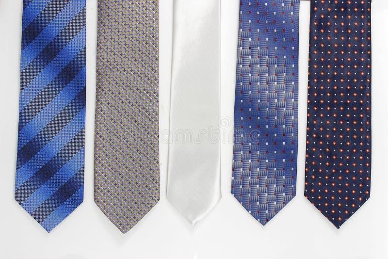Grupp av färgrika slipsar på vit royaltyfri bild