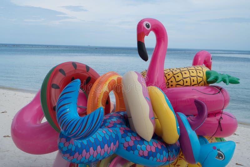 Grupp av färgrika uppblåsbara leksaker royaltyfri fotografi