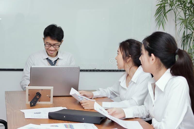 Grupp av företags folk för asiatisk affär som möter i konferensrum arkivbild