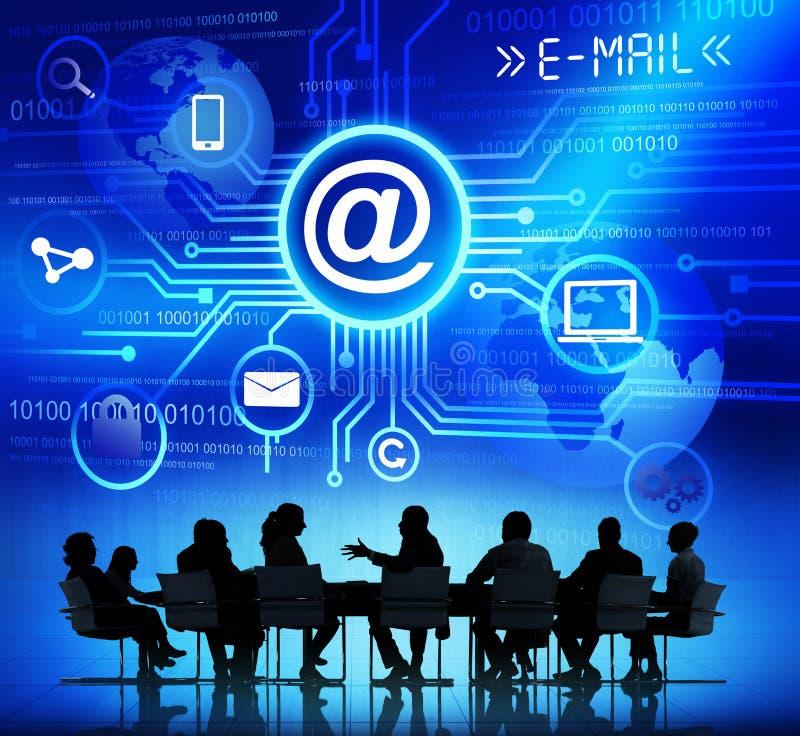 Grupp av företags folk som diskuterar om global kommunikation arkivbild