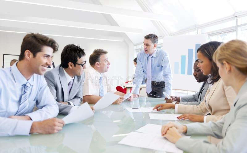Grupp av företags folk som har ett affärsmöte arkivbilder