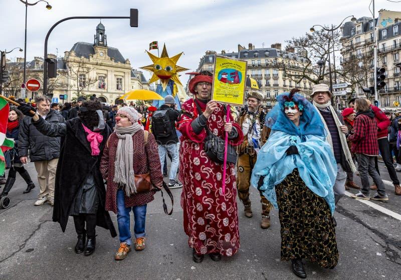 Grupp av förklätt folk - Carnaval de Paris 2018 royaltyfria bilder