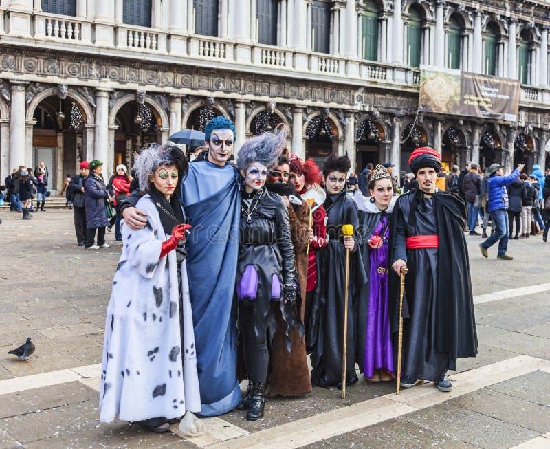 Grupp av förklätt folk - Venedig karneval 2014 royaltyfri bild