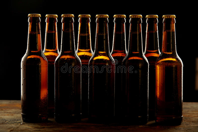 Grupp av förseglade bruna ölflaskor utan etikett royaltyfria bilder