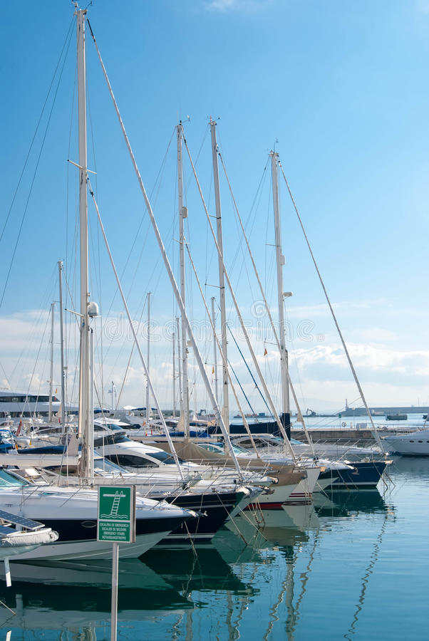 Grupp av fartyg på en solig dag fotografering för bildbyråer
