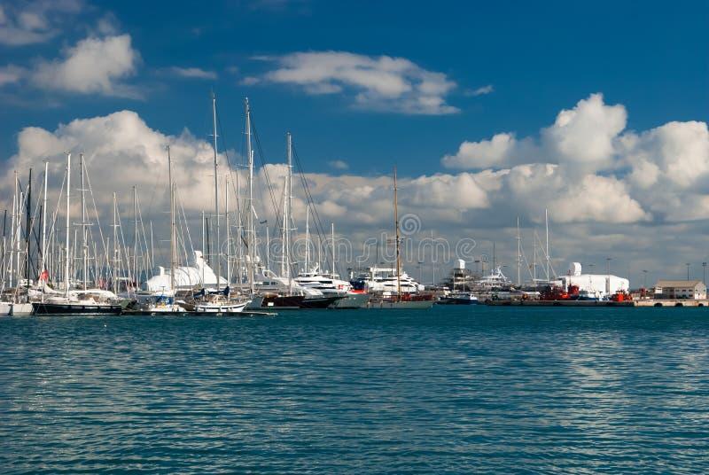 Grupp av fartyg på en solig dag arkivbild