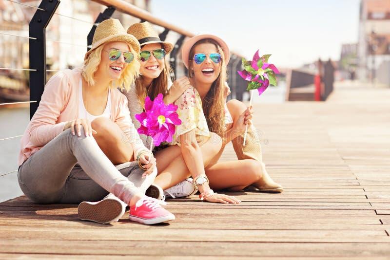 Grupp av flickavänner som har gyckel i staden arkivbild