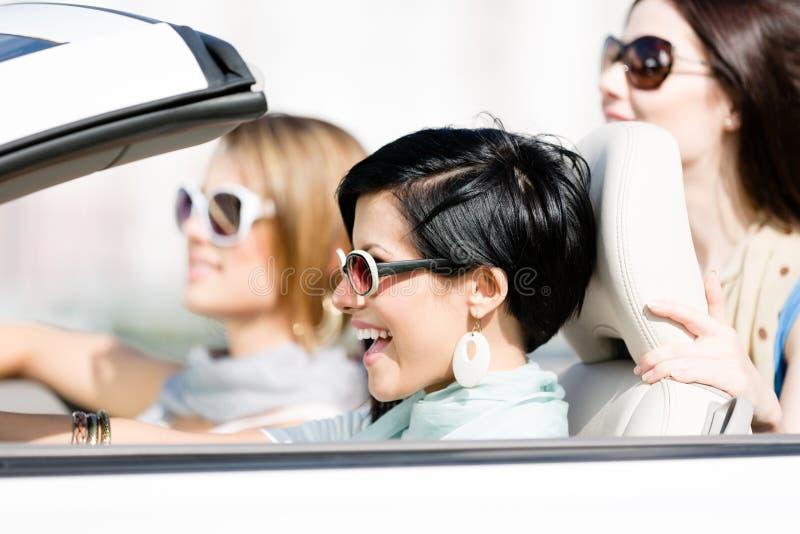 Grupp av flickor i bilen royaltyfri fotografi