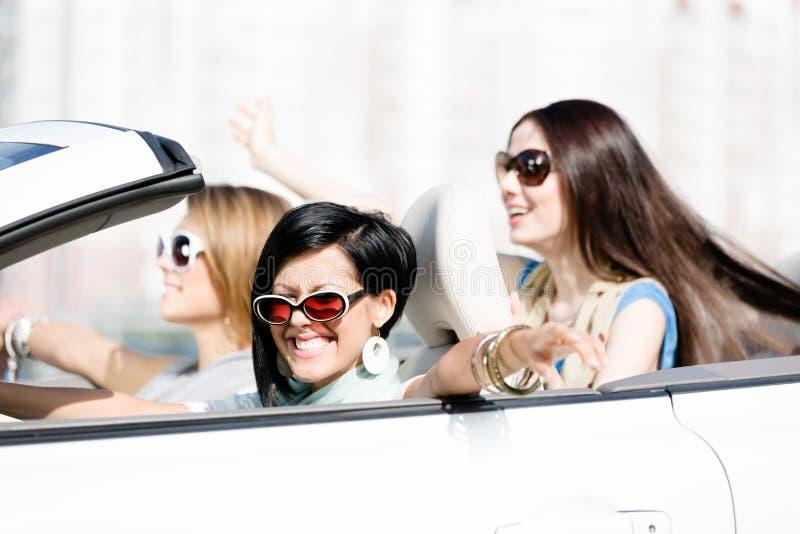 Grupp av flickor i vitbilen royaltyfria bilder