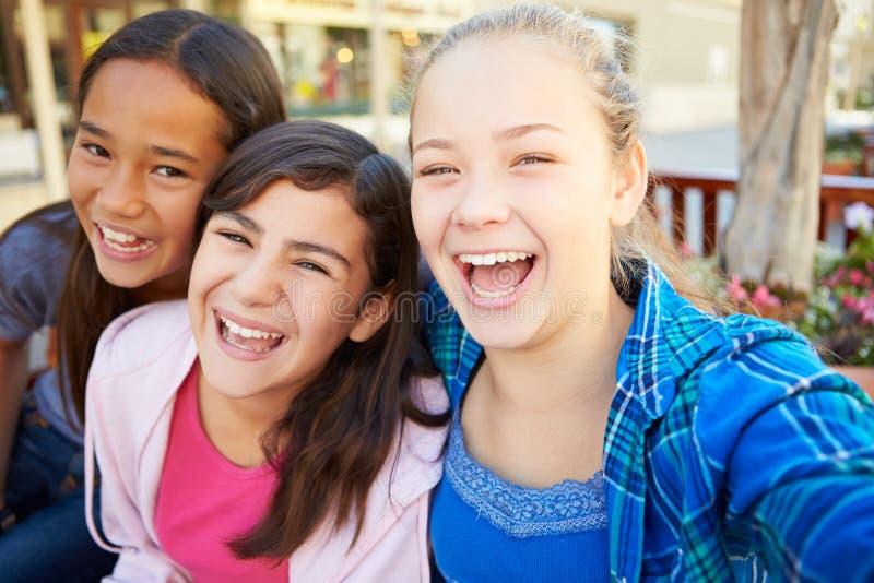 Grupp av flickor som ut tillsammans hänger i galleria arkivfoton