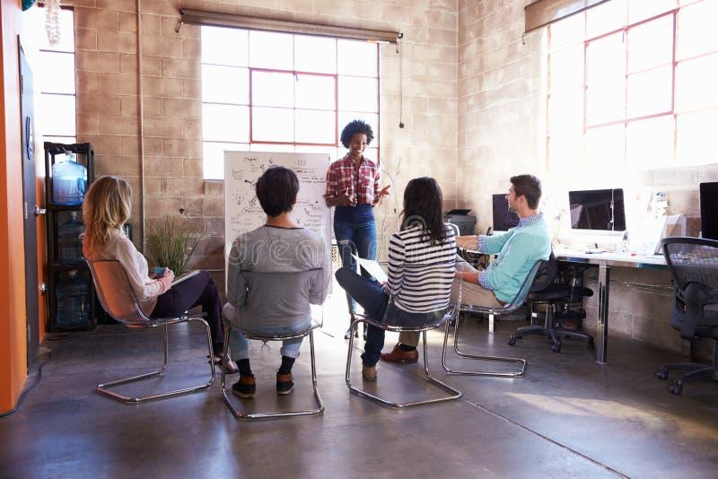 Grupp av formgivare som har idékläckningperiod i regeringsställning arkivfoto