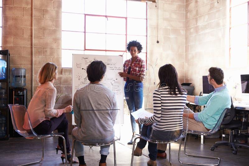 Grupp av formgivare som har idékläckningperiod i regeringsställning arkivfoton