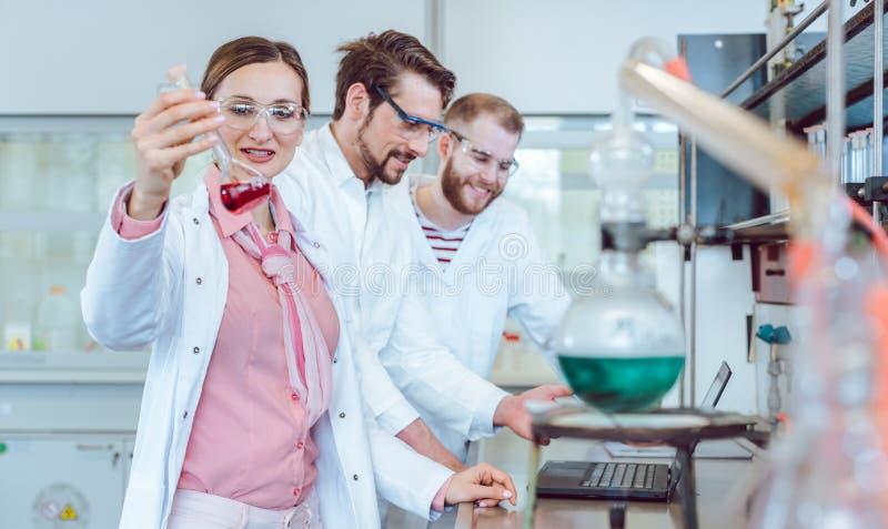 Grupp av forskare som arbetar i laboratoriumet royaltyfri bild