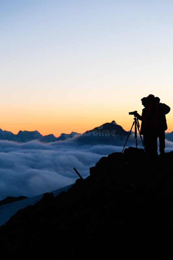 grupp av fotografer på solnedgången royaltyfria foton