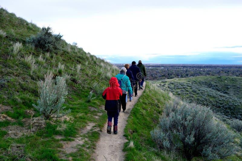 Grupp av fotvandrare i den Boise Foothills norden av staden royaltyfria bilder