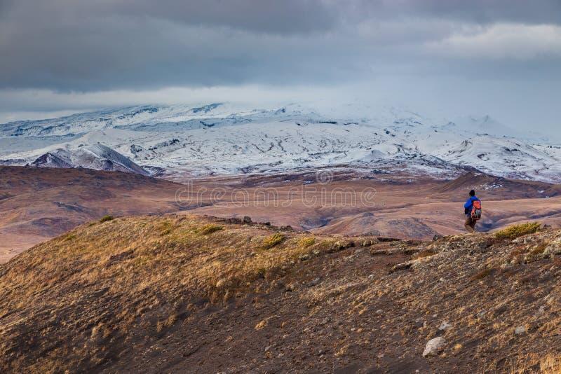 Grupp av fotvandrare som g?r p? ett berg, Kamchatka, Ryssland fotografering för bildbyråer