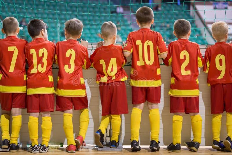 Grupp av futsal spelare för pojkefotbollfotboll som tillsammans står Konkurrens för turnering för inomhus fotboll för ungdomskola arkivbilder