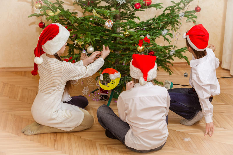 Grupp av fyra barn i julhatt royaltyfri bild