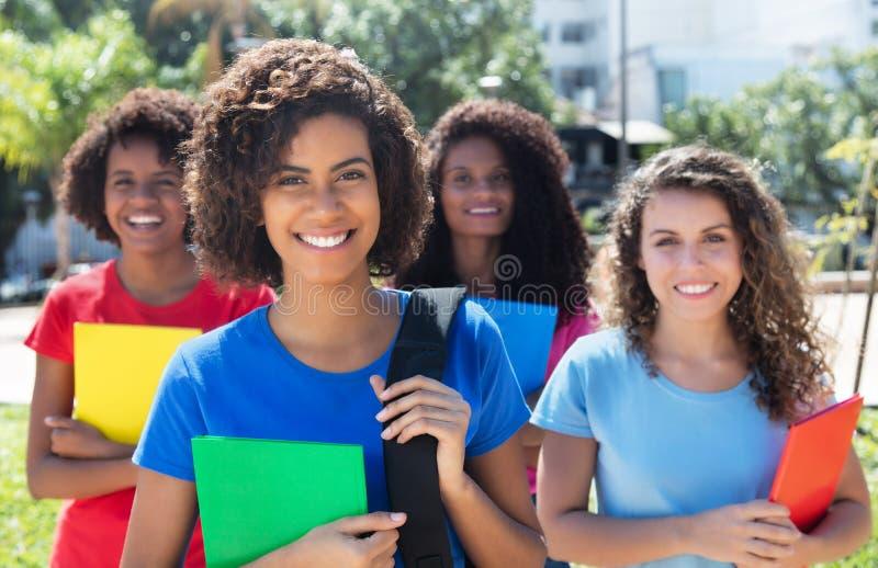 Grupp av fyra härliga brasilianska kvinnliga studenter royaltyfria foton