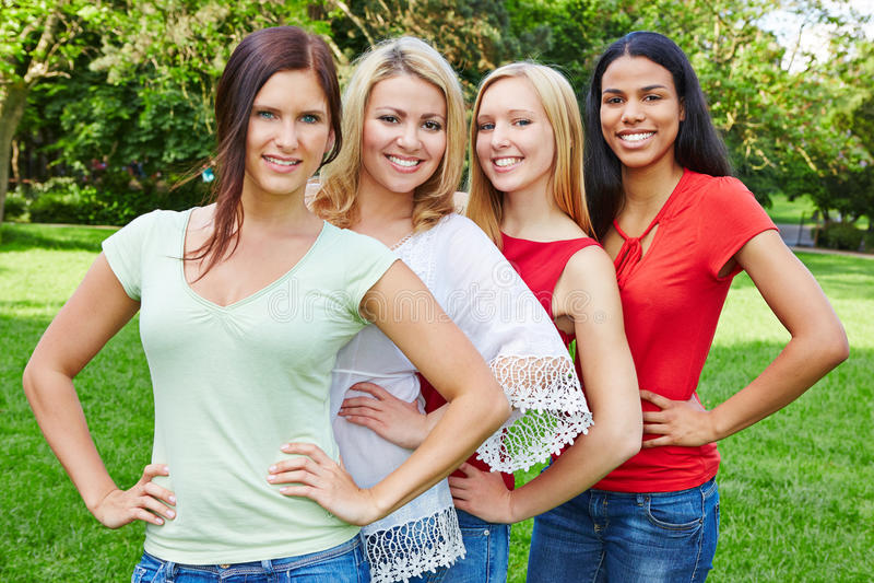 Grupp av fyra lyckliga kvinnor i natur royaltyfria bilder