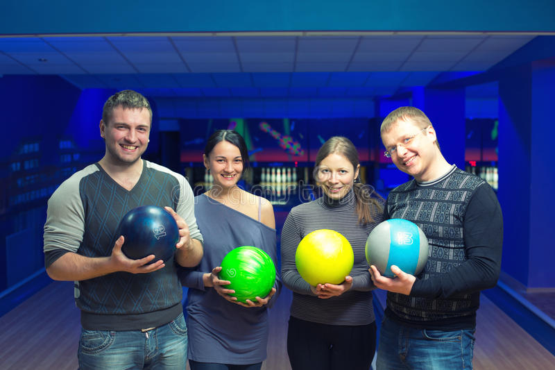 Vänner i en bowling arkivbilder