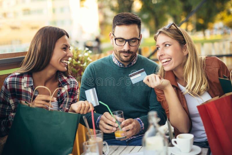 Grupp av fyra vänner som har gyckel ett kaffe tillsammans fotografering för bildbyråer