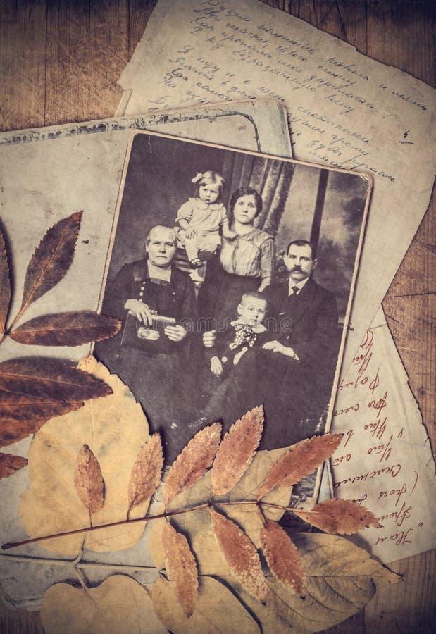Grupp av gammala fotografier arkivfoton