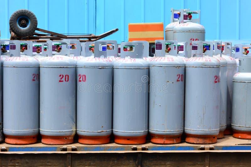 Grupp av gascylindrar p? lastbilen som ska f?rdelas och leveransen i lokalt omr?de fotografering för bildbyråer