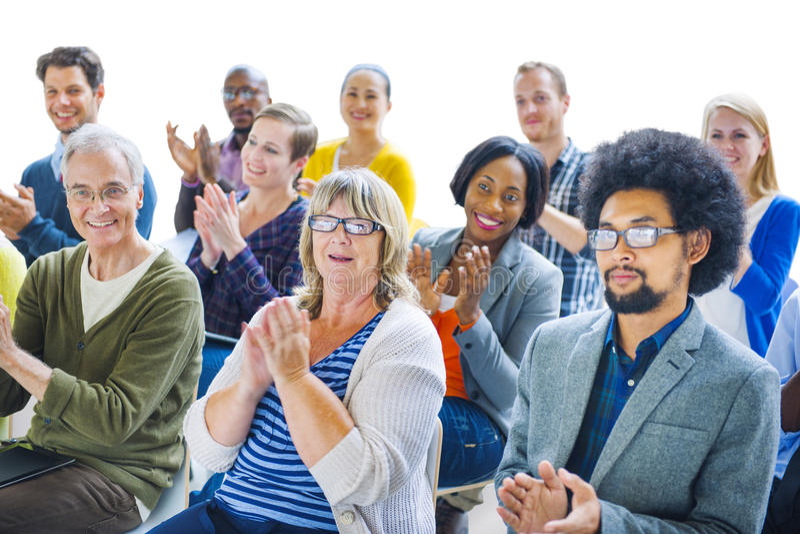 Grupp av gladlynt folk som applåderar med glädje fotografering för bildbyråer
