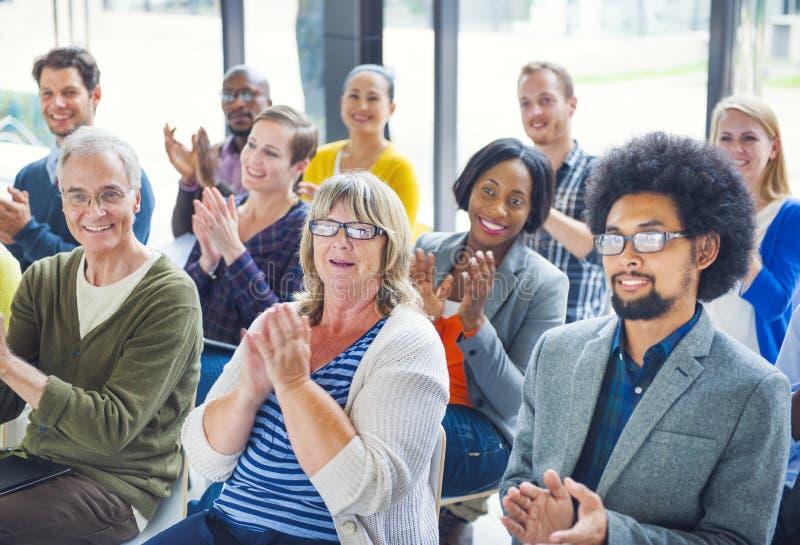 Grupp av gladlynt folk som applåderar med glädje royaltyfria foton