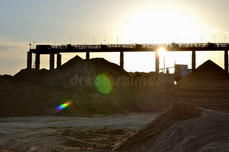 Grupp av grävskoporna i ett villebråd för extraktionen av sand, grus, spillror, kvarts fotografering för bildbyråer