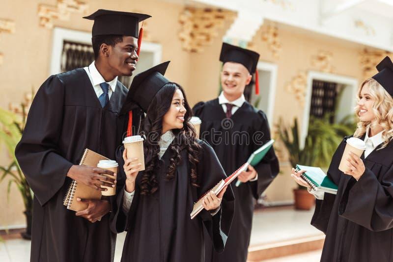 grupp av graderad multietnisk studentutgifter arkivbilder