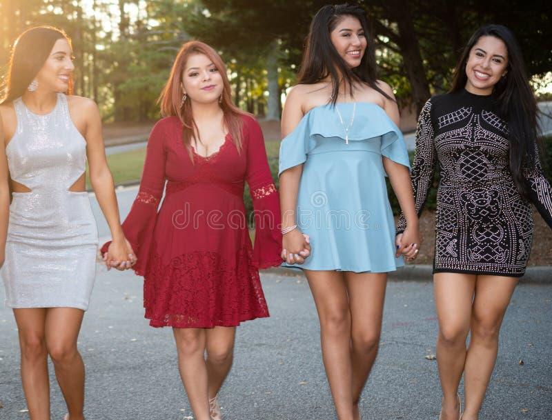 Grupp av Grils på studentbaldansen royaltyfri fotografi