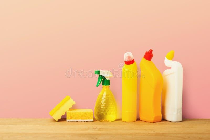 Grupp av gula lokalvårdprodukter på rosa bakgrund royaltyfria bilder