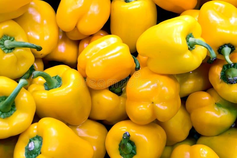 Grupp av gulingpeppar i en greengrocery royaltyfri bild