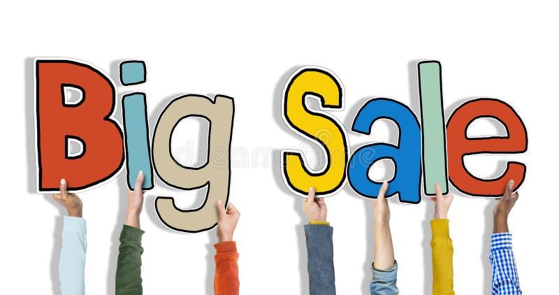 Grupp av händer som rymmer ordet stora Sale royaltyfri foto
