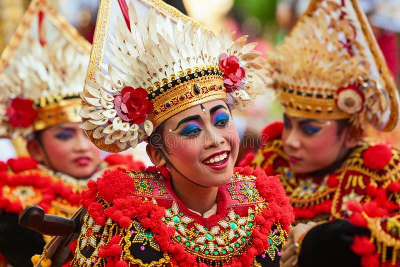 Grupp av härliga Balinesebarndansare i traditionella dräkter arkivfoto